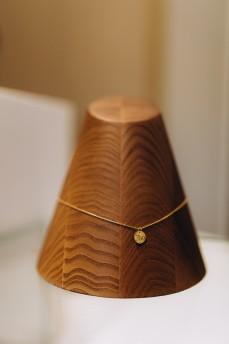 Золотое колье с биркой