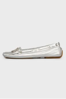 Мокасины серебристые со шнуровкой