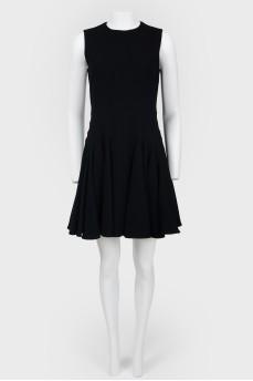 Платье с расклешенной юбкой без рукавов
