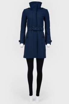 Пальто с высоким воротником и с поясом