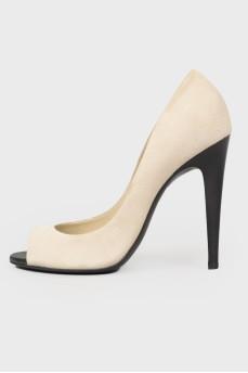 Бежевые туфли с черным каблуком
