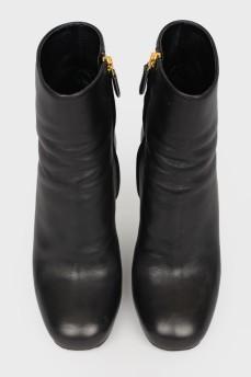 Ботинки на каблуке с металлическими вставками