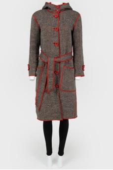 Пальто с контрастной окантовкой красным