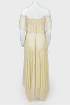 Многоярусное платье с открытыми плечами