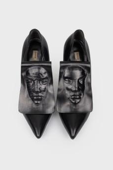 Туфли на шпильке с фирменным лицом с биркой