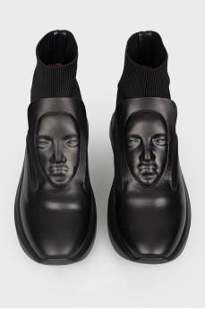 Кроссовки с фирменным лицом на язычке с биркой