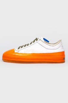 Бело-оранжевые кеды со шнурками