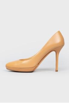 Бежевые туфли на шпильке