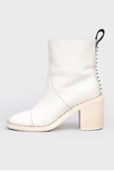 Белые сапоги с металлическими шипами