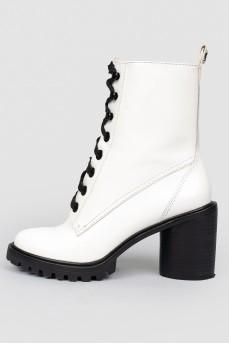 Ботинки белые кожаные на каблуке и шнуровке
