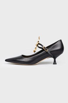 Туфли с металлическим цветком на низкой шпильке