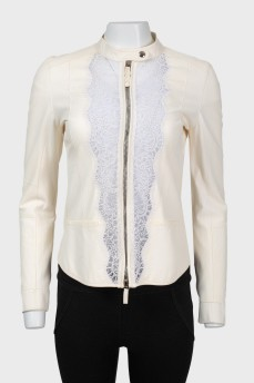 Куртка белого цвета с кружевом