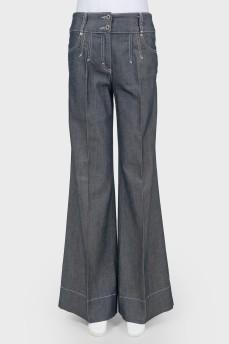Серые джинсы с широкими штанинами