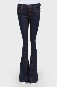 Темно-синие джинсы клеш средней посадки