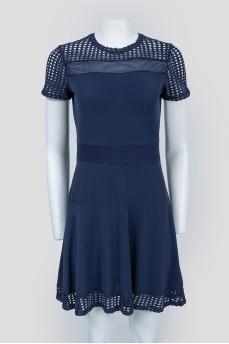 Темно-синее платье с перфорированными вставками