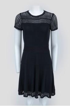 Черное платье с перфорированными вставками