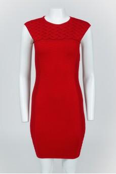 Обтягивающее красное платье на молнии