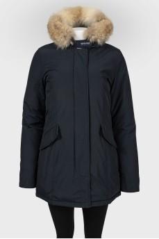 Куртка темно-синего цвета с мехом на капюшоне