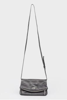 Черная кожаная сумочка на молнии и кнопке