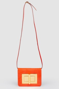 Красная кожаная сумка с золотистой металлической фурнитурой