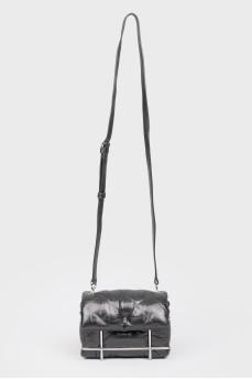 Черная кожаная сумочка с металлической основой