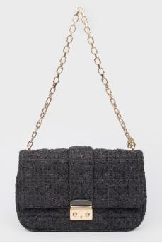 Черная кожаная сумочка на золотистой цепочке