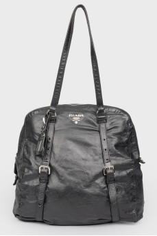 Черная кожаная сумка мягкой формы на молнии