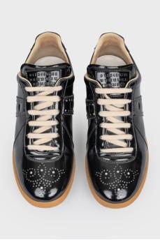 Лакированные кроссовки с перфорацией