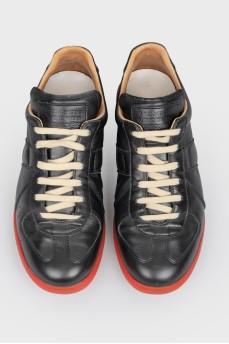 Кожаные кроссовки с подошвой красного цвета
