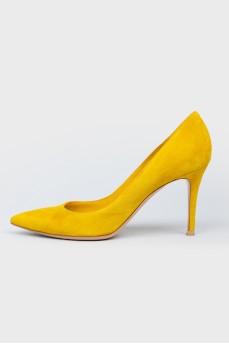 Замшевые туфли горчичного цвета