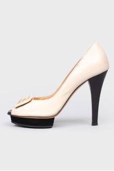 Бежевые туфли с открытым носком