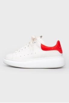 Белые кожаные кроссовки с красной пяткой