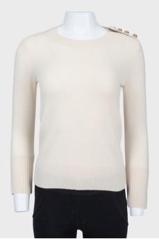 Бежевый свитер с манжетами на пуговицах