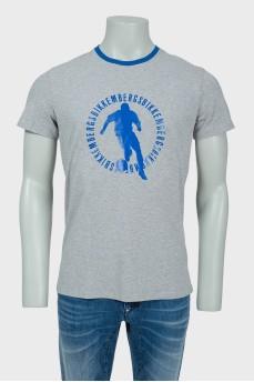 Серая мужская футболка с синим принтом