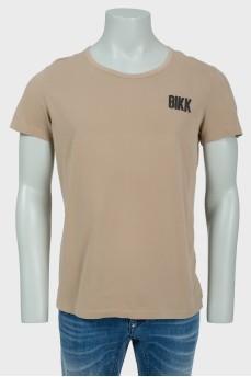 Коричневая мужская футболка с черным лого