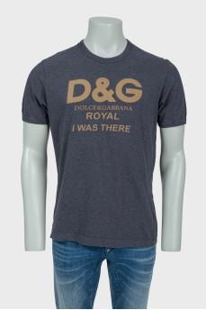 Серая мужская футболка с золотистым лого бренда