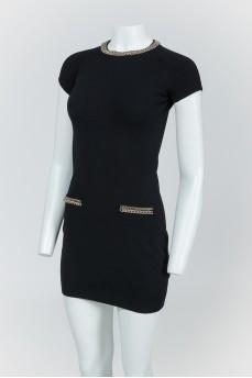 Черное платье с серебристыми цепями