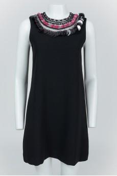 Черное платье без рукавов с пайетками