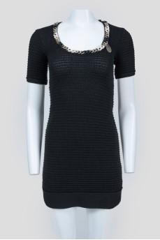 Черное вязаное платья с цепью и U-вырезом