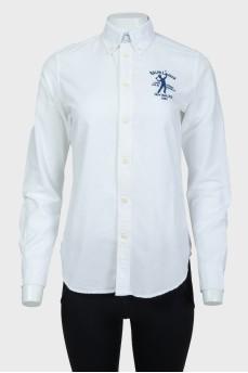 Белая рубашка с синим вышитым лого бренда