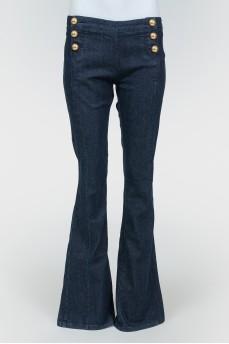 Темно-синие джинсы с золотистыми пуговицами-полусферами