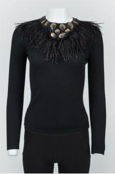 Черный джемпер с перьями и кожаными фигурками