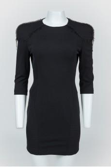 Черное платье на молнии с накладными плечами