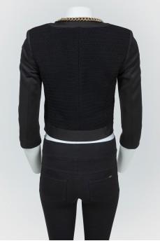 Черный пиджак с золотистыми цепями на молнии
