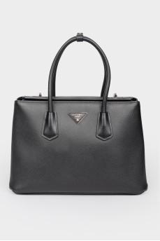Черная кожаная сумка на ручках на поворотной застежке