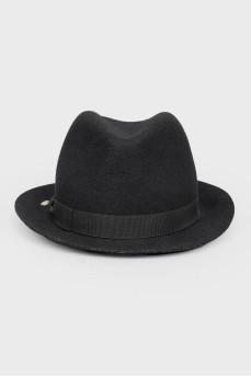 Черная шерстяная шляпка