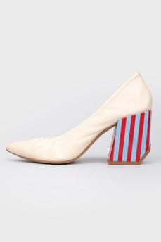 Кожаные бежевые туфли с цветным геометрическим каблуком в полоску