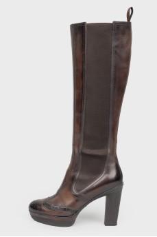 Кожаные коричневые сапоги на каблуке с острым носком