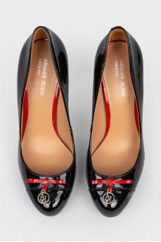 Черные кожаные лакированные туфли на шпильке