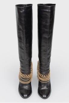 Высокие кожаные сапоги с золотыми цепями